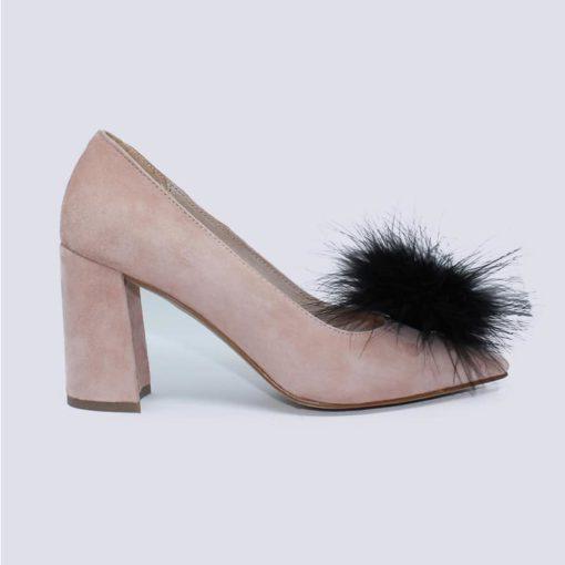 zapato tacón color nude con adorno plumas negras